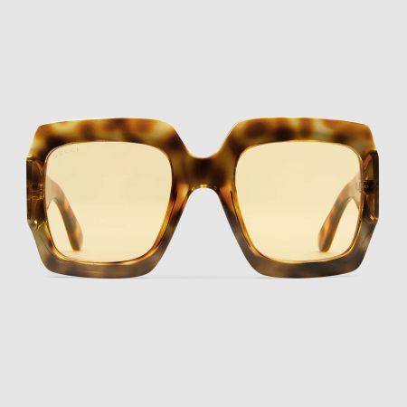 張雨琦配戴款GUCCI 琥珀色oversize 復古方框墨鏡$11,530