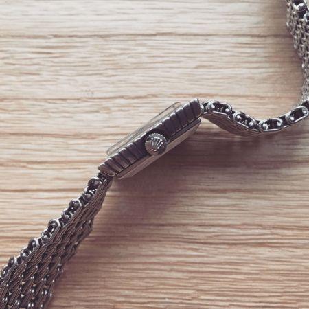 品質各方面的品質都要考慮,機芯更是重點!只要是口碑好的自製機芯,或是機芯有著美麗雕花或打磨裝飾,身價自然有保障,因為這代表著你有的是製錶師傅的鑽研成果。