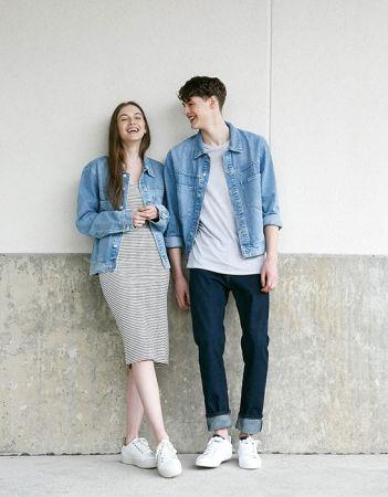 單品2:丹寧外套同樣的丹寧外套,女生可以內搭合身洋裝,或是細肩帶造型,中和掉丹寧外套的帥氣感