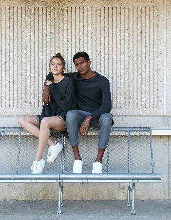 單品5:黑色休閒上衣男孩風的黑色休閒上衣,女生只要直接單穿就很GIRLY了,怕走光的可以內搭一件素色或條紋細肩帶洋裝,增加層次感