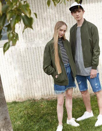 單品7:軍綠外套雖然想穿軍綠外套耍帥,但女人味還是要兼顧的,這時不妨把丹寧褲換成丹寧短裙吧!