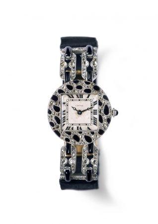 第一件有美洲豹圖騰的作品同年,黑白相間的豹紋圖樣成為Cartier的裝飾元素之一,出現在兩只女用腕錶上。