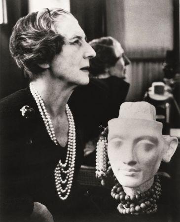 「La Panthère美洲豹女郎」是誰?1930年代,時任Cartier高級珠寶創意總監的貞杜桑Jeanne Toussaint,被巴黎社交圈暱稱為「La Panthère美洲豹小姐」。原因無它,正是因為她掌握了美洲豹的形體,運用珠寶設計和製作的技巧,讓每一件美洲豹作品有自己的獨特樣貌—時而嫵媚、兇猛或可愛。美洲豹也至此一直是Cartier珠寶的極致象徵。