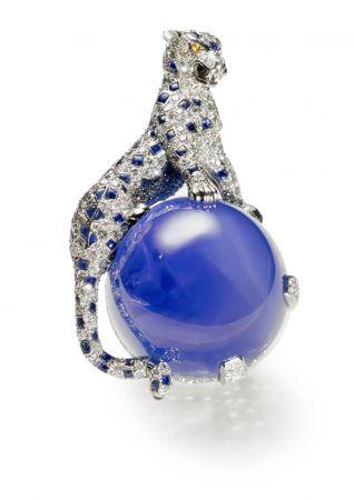 最著名的美洲豹古董作品絕對是1949年品牌為溫莎公爵夫婦製作的胸針。鉑金、白金,身體舖鑲鑽石及藍寶石,眼睛為黃鑽,美洲豹站在一顆152.35克拉的明亮天鵝絨藍喀什米爾藍寶石上。栩栩如生的美洲豹頭部可以左右轉動,在當時曾有一段軼聞:在宴會場合,如果溫莎公爵夫人想要離開時,只要將美洲豹的頭部往左轉,溫莎公爵即知道要帶他的夫人回家了。