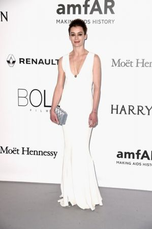 法國巴黎歌劇院首席舞者 澳萊麗亞杜邦(Aurelie Dupont)穿著Dior白色綢紗禮服出席AMFAR慈善晚宴