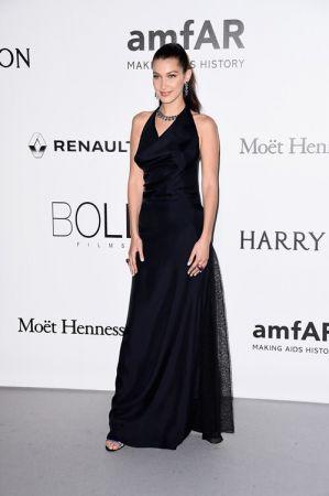 新生代超模 貝拉哈蒂德(Bella Hadid)穿著Dior深藍色絲質特別訂製禮服出席AMFAR慈善晚宴