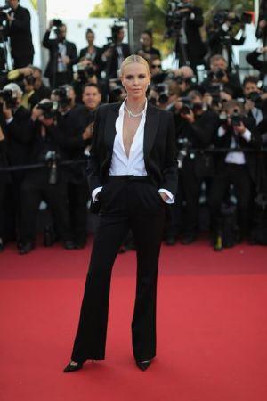 影后 莎莉賽隆(Charlize Theron)穿著Dior黑色絲質特別訂製褲裝出席電影《The Last Face最後的模樣》首映會