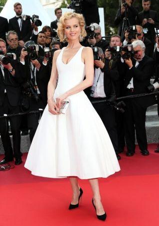 捷克超模 伊娃赫茲高娃(Eva Herzigova)穿著Dior白色特別訂製禮服出席紅毯