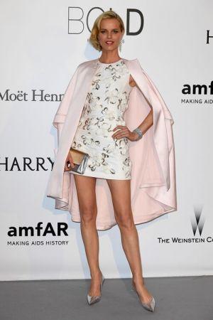 捷克超模 伊娃赫茲高娃(Eva Herzigova)穿著Dior白色綢紗刺繡禮服出席AMFAR晚宴