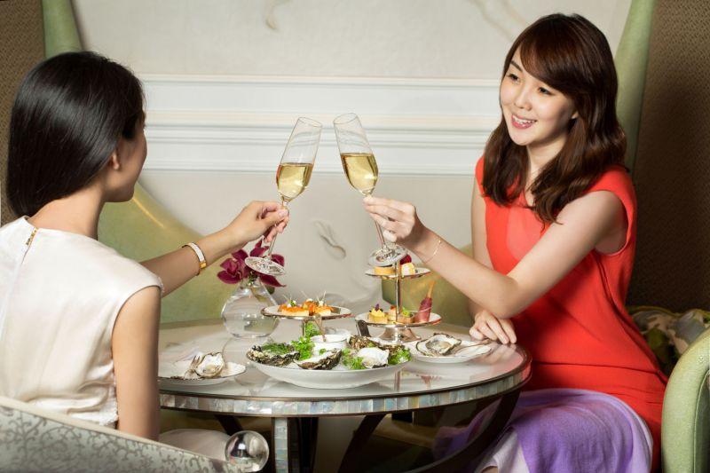 台北文華東方酒店推出青隅香檳迷 享受初夏愜意的微醺浪漫於六月份起每天晚上推出青隅香檳迷之夜,無論是和朋友在晚餐前相約小酌、姐妹淘的私密聚會、情侶的浪漫約會、還是單純想在晚餐結束後找個時尚獨具的角落和三五好友恣意閒聊,青隅香檳之夜都是您可以徹底放鬆、盡情享受香檳美酒搭配精緻小點的最佳去處。