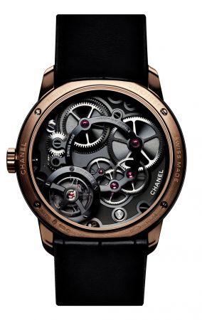 關鍵字:#機械上鍊機芯 (Mechanical-Winding)所有手錶無論廠牌,最終就是以指示時間為目的。機械機芯手錶由零件構成,要能指示時間,就得為零件補充動力,也就是上緊發條。怎麼上發條?早期的手錶是用人手上發條,也就是上手鍊(Hand Winding)。忘了上發條怎麼辦?於是製錶師發明了機械式的裝置:「自動盤」(Rotor,通常會置放在錶背,通常會是一片扇形的結構),每當手腕隨意晃動,自動盤因為離心力來回旋轉,間接幫手錶上鍊,這就是自動上鍊的由來。通常自動盤都放在機芯的背面,只有極少數錶款像是Dior的Grand Bal系列將自動盤導置,專程放在面盤正面,增加視覺樂趣。至於自動上鍊和手上鍊的最大差別在於自動上鍊帶來便利性,手上鍊則多了份親手為手錶注入能量的浪漫手感。