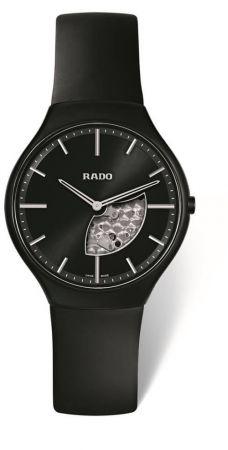 關鍵字:#石英機芯(Quartz)最初的手錶由機械零件所組成。但後來科學家發現,只要透過電池電力驅動石英震盪器,就可以讓手錶指示時間,省卻上發條的動作與結構。石英錶雖然沒有巧奪天工的精細零件,但最大的好處在每天僅有0.2秒的時間誤差(瑞士天文台認證的機械機芯的每日誤差在-4/+6秒之間)。如果品牌有其歷史淵源,在外型的設計有其巧思、獨到之處,那麼一只石英錶未必不能與機械錶相提並論,差別就在:你選擇用什麼樣的角度去面對它了。