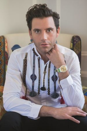 流行音樂歌手 Mika一個黎巴嫩出生,來自倫敦的流行音樂歌手,隸屬環球唱片旗下的卡薩布蘭卡唱片公司(Casablanca Records),他的首張專輯卡通人生(Life in Cartoon Motion) 於2007年2月5日發行,開始逐漸走紅。2016年5月20日起,Mika 全球巡迴演唱會,從葡萄牙里斯本拉開序幕,途徑法國、瑞士和比利時,最後返回英國。MUMU by Mika 奇幻腕錶,也同步正式向全球發售。