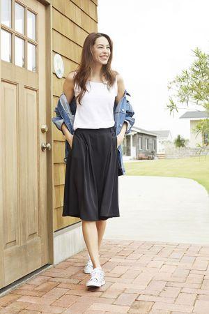 寬褲裙其實比想像中還要百搭,連街頭風都能詮釋,搭配素色背心+丹寧外套及球鞋,立即完成