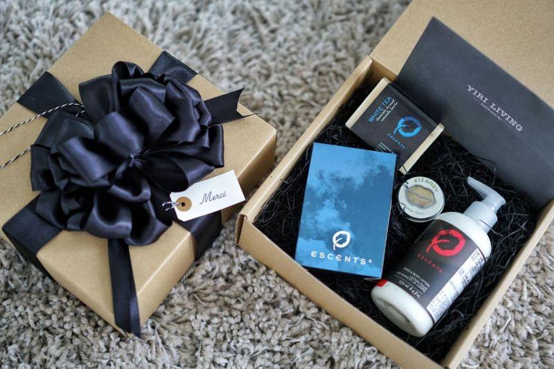 #accro歡慶週年生日,將所有尊寵、回饋、感恩全都親手收進禮盒與那紙以濃厚法式嗓音呢喃著merci的小卡中。