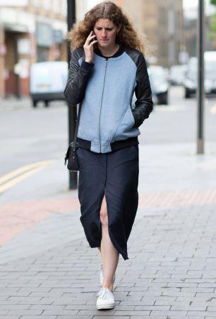運動夾克根本是不用多想的必備單品,簡簡單單搭上開衩過膝裙,以及輕鬆的帆布鞋,連講電話都有型。