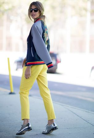 棒球外套因為尺寸都會有點大,拿來披在肩膀上超適何,採用撞色搭配,再搭上亮面皮鞋,是個混搭的完美示範!