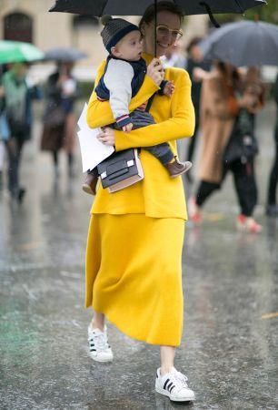 這是編超喜歡的一個LOOK!鮮豔的黃色裙裝配上運動鞋,誰說混搭一定要看起來很複雜?簡簡單單也超時髦!