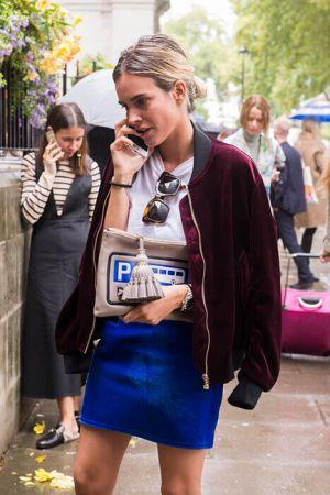 天鵝絨的材質替街頭感的外套版型注入了幾分優雅,披在肩上更是顯得時尚感十足。