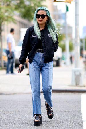合身的外套版型,搭上時下最流行的媽媽牛仔褲,腳上再踩厚底涼鞋,沒有過多裝飾的簡單造型,卻讓人忍不住回頭多看兩眼。