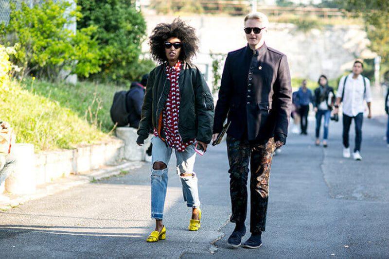 有如偷穿男友衣服般的寬大外套,腳上的一雙金屬黃色低跟鞋卻巧妙地平衡了鬆垮的上衣以及刷破牛仔褲的慵懶造型,替整體畫面注入了一絲細緻。