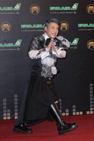 蔡康永不改以往在康熙節目當中的搞怪風格,這次穿上由他朋友特別訂製的紅毯裝,搭配黑色長馬靴,帥氣加分