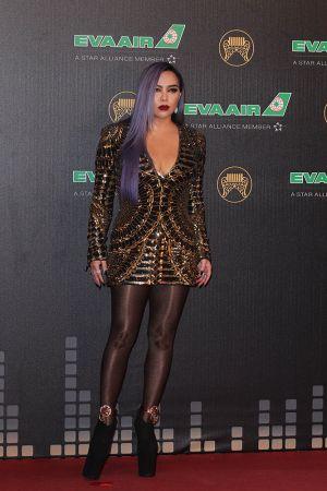阿妹 / 阿密特阿妹這次入圍最佳女演唱人,身穿Balmain金色禮服和超高厚底黑色高跟,紅毯造型霸氣十足!搭配寶格麗珠寶和淡紫色長髪、紅唇,果真天后氣勢盡顯