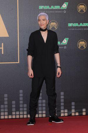 蕭敬騰選擇LANVIN西裝,搭配同品牌的choker領巾,前衛搖滾十足!