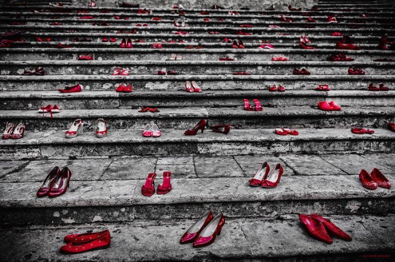 出自哪一種正義,一個展現自己或展現自己身體的女人,必須雙腳被砍掉,使她再也沒有機會賣弄,永遠安分呆著,才能得到靈魂的安穩?