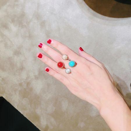 指間戒是…?所謂的指間戒是戴在手指之間的戒指,通常是建議戴在中指,呈現方式大多是兩端有立體設計,看起來非常像是夾在指縫中間的感覺,實際上你只帶了一個戒指,視覺上則像是戴上兩個戒指。編嘗試戴上兩個指間戒,造型感超強的~