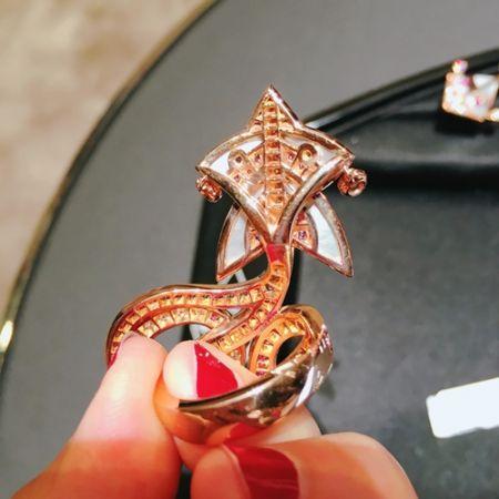 不缺席的高級珠寶工藝跟市面上的飾品或中價位品牌所推出的指間戒不同。VCA自家的指間戒是強調高級珠寶工藝,圓弧的戒台、細膩的拋光,戴起來真的很順手!高級珠寶工藝還有一個特點,就是講究正、側、背面每個小細節,不論是背面的鏤空拋光,或是小金珠的圓弧感與手感,找不到可以挑剔的地方。