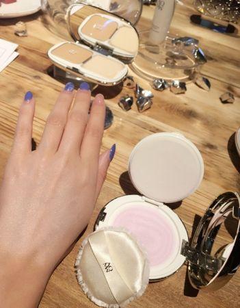 晶緞蜜粉裏頭添加光澤的粉體,能夠幫你打造天然珍珠光般的晶緞膚質
