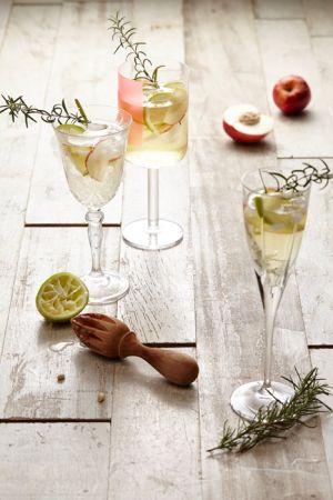白桃蘋果綠茶氣泡水材料:迷你蘋果1-2顆、白桃1-2顆,無糖綠茶適量、氣泡水100CC、新鮮迷迭香1把,綠萊姆片少許。步驟:將蘋果、白桃對切後,再細切成薄片,加入杯中後填入1/3綠茶和2/3氣泡水,最後將迷迭香略為揉搓出香味後,插入杯中點綴即可享用。