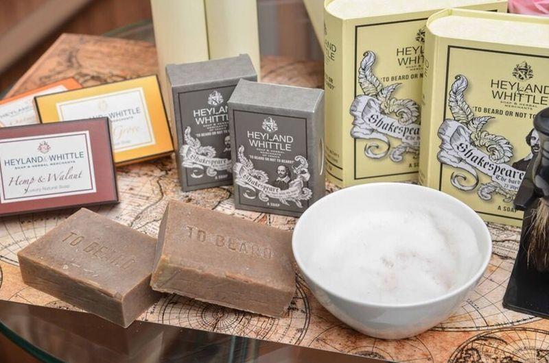 修鬍的使用方式:1. 拿刮鬍刷沾一點溫熱水。2. 在肥皂上繞圈攪動30秒到一分鐘左右,沾滿肥皂。3. 在小碗杯裡繼續攪動以製造大量的泡沫。4. 用刷子均勻塗抹臉上。5. 再使用刮鬍刀。