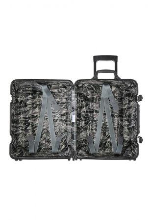 MONCLER & RIMOWA 特別合作系列行李箱採用 Moncler 為本次特別合作系列獨家設計的亮面絎縫迷彩印花襯裡