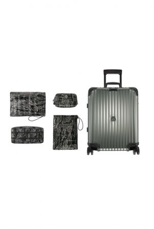 行李箱內備有兩個鞋袋與兩個洗漱包