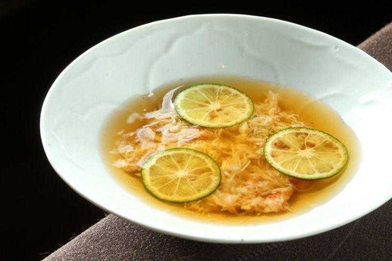 北海道毛蟹佐以大黃瓜及山藥,配上醋桔製成的醬汁,用清爽口感開啟晚宴