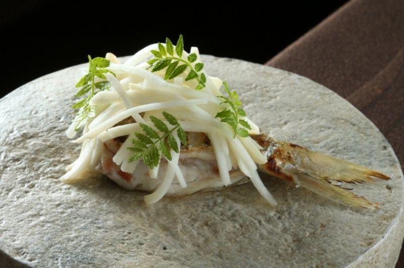 刺鯧炭火燒_使用台灣當季綠竹筍及肉質鮮嫩的刺鯧,佐以自釀紀州梅醬