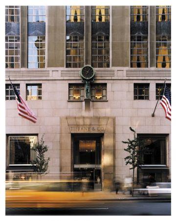#時間守護神Atlas紐約,第五大道和第五十七街轉口,抬頭一望,你能看到一座名為「時間守護神Atlas」的大型時鐘,它從1853便開始守護 Tiffany & Co. 紐約總店,也成了另類的鎮店寶。