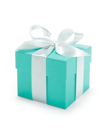 #Tiffany Blue靈感來自象徵幸福的知更鳥,揉和天空與湖水的藍綠色幾乎是 Tiffany 的同義詞。由品牌創辦人 Charles Lewis Tiffany 親自挑選的顏色,其實在維多利亞時期,就大量用於時裝、室內空間,甚至是地契、房契;當然,另一方面,也呼應著品牌以大自然為謬思。1906年,紐約太陽報還曾經這樣寫著:在Tiffany,有一樣東西無論花多少錢都買不到的,Tiffany只能將它送給你,卻不能賣給你—這就是Tiffany的藍色包裝盒。