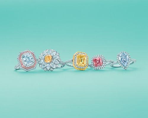#鑽石之王從文具店到珠寶名家,關鍵是在1848年前後,Tiffany 大膽買下一批來自法國皇室珠寶,並開始將鑽石珠寶飾品介紹給消費者,紐約郵報也因此稱Tiffany先生為「鑽石之王The King of Diamond」,品牌逐漸開始受到國際矚目!