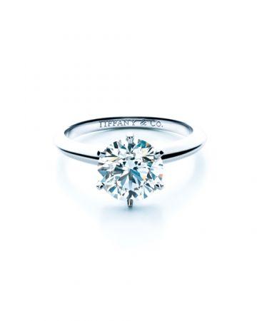 #六爪鑲嵌1886年,Tiffany推出六爪鑲嵌設計的單鑽戒指,大器地將鑽石托高,讓更多光線進入鑽石,折射出前所未見的火光,視覺看來也有放大鑽石的效果;這是鑽戒鑲嵌發展史上的大事,一直到現在它都是最受歡迎、最知名的款式之一。