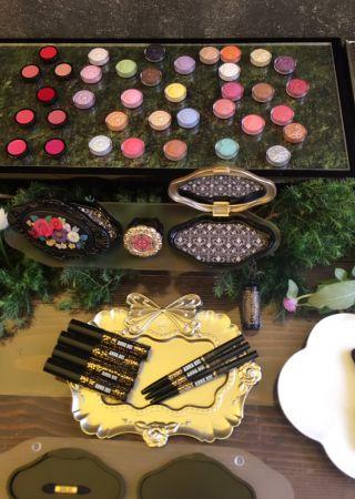 跟著同時間上市的刷具還包括:魔幻墜飾眼彩刷、魔幻墜飾唇刷、魔幻墜飾蜜粉刷、眉彩筆與魔法染眉。