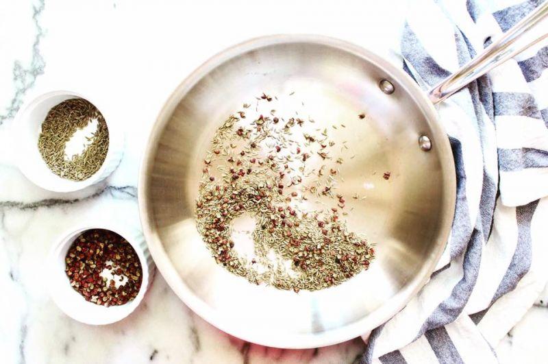 平底鍋以中火預熱,將孜然籽與花椒炒至散發出香味,大約3-5分鐘。將炒好的孜然籽與花椒倒入食物處理機(或杵臼)中,稍微搗碎。