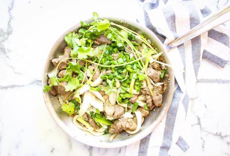 接著將羊肉和乾辣椒片加入鍋中翻炒,直到羊肉上色後,再加入大蒜末、醬油和紹興酒。續翻炒至大部分的液體都炒乾後熄火。