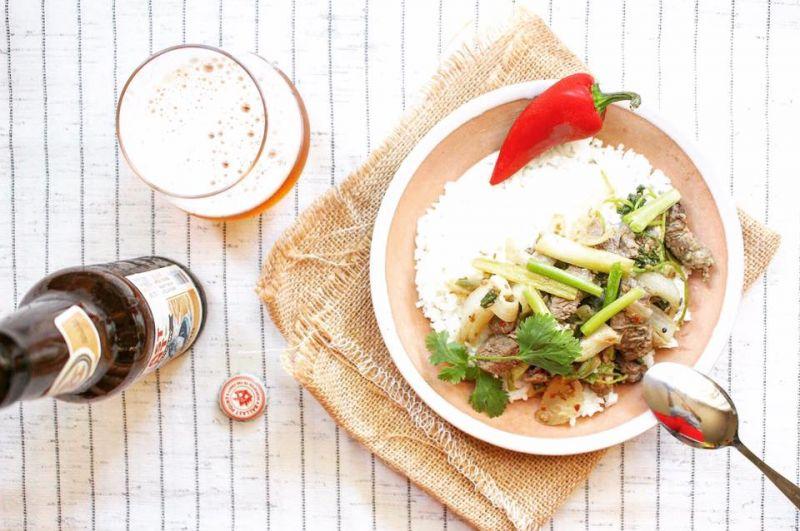 炒好的羊肉拌入香菜和蔥綠,趁熱搭配白飯享用。