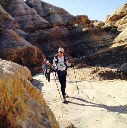 日前,林又立又完成了世界四大極地超馬巡迴賽(The 4 Deserts Race Series)之一的戈壁沙漠極地馬拉松賽事;因為跑步,她與內在的自信與能量相遇,大膽嘗試從前想做但不敢的事──考上師大時尚研究所,並深刻領悟「生活可以很簡單」的真諦。