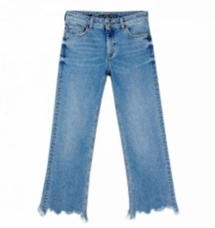 推薦五:中腰九分流蘇牛仔褲,不收邊的流蘇設計,帶點微微的小喇叭褲,充滿嬉皮精神。