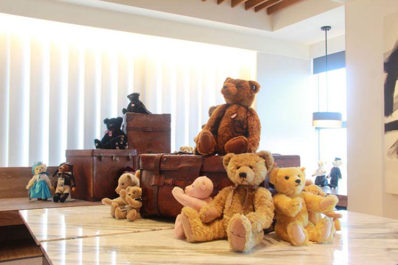 台南晶英酒店舉辦「泰迪熊奇幻旅程」展覽,展出音樂大師李泰祥之女李若菱珍藏。