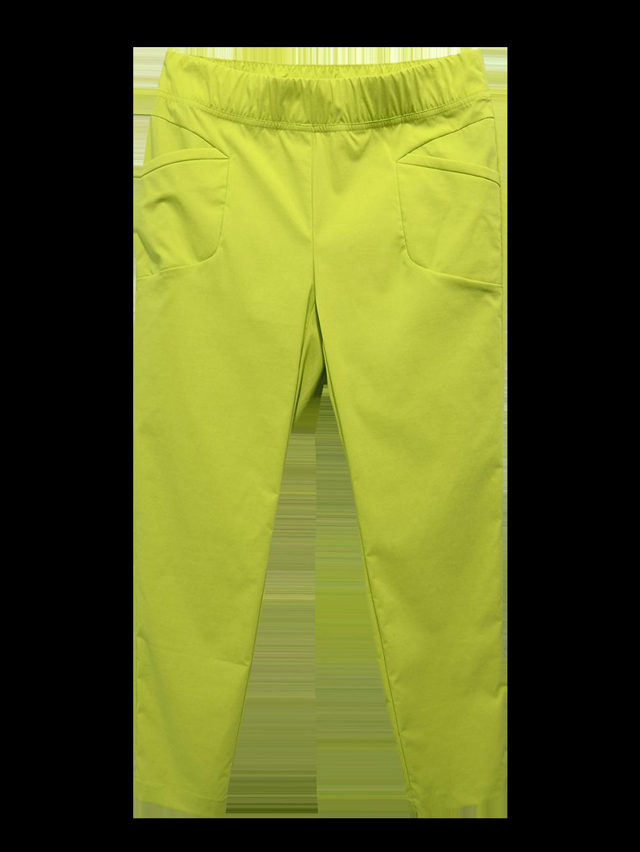 細緻光滑科技面料使得在穿著上及視覺感更顯輕薄涼爽,同時搭配明亮鮮豔的色彩呈現出夏日清爽的動人風格,特別的口袋細節增加修飾線條的功能並營造率性風格。清涼亮彩七分褲,NT$2480